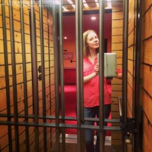 лифт в отеле в виде клетки